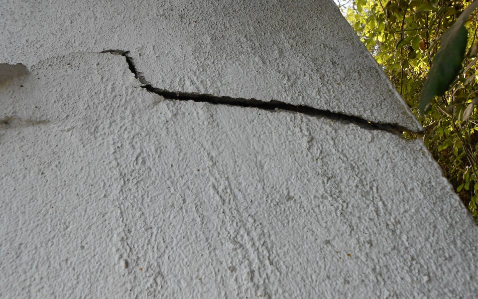 Serious structural crack caused by incorrect building techniques